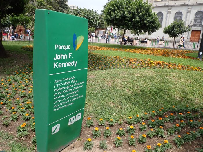"sign for ""Parque John F. Kennedy"""