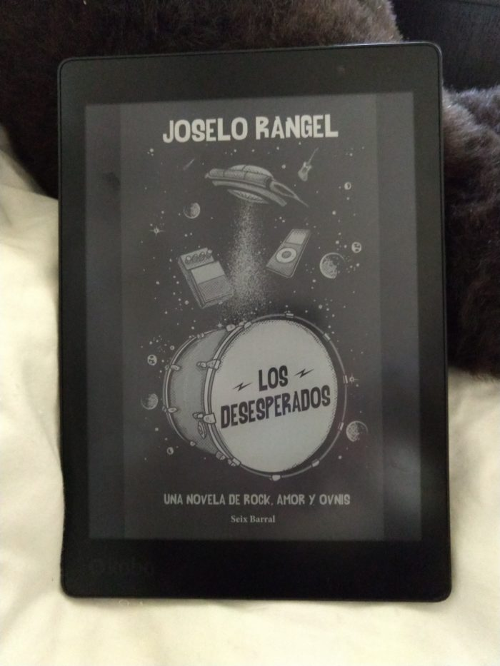 cover of Los desesperados, shown on kobo ereader. Cover image features a bass drum, a UFO, and various musical accoutrement